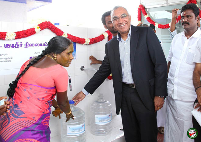 Satish Sharma, President, APMEA, Apollo Tyres Ltd (2nd from right) handing over the first jar of water to a beneficiary post the inauguration 660